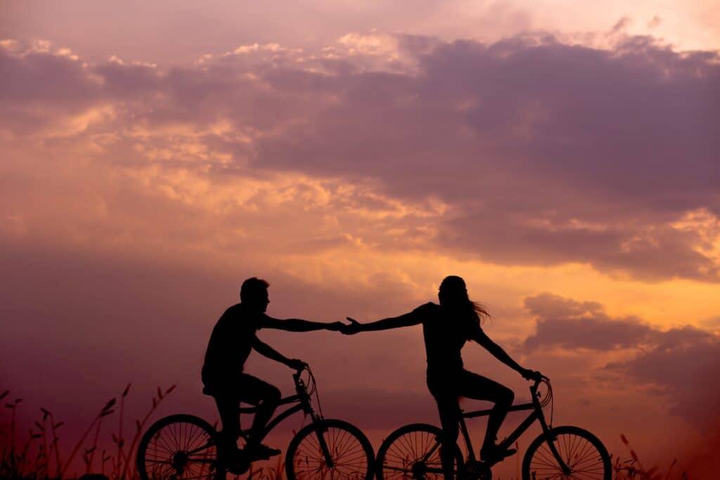 forelsket par på cykler