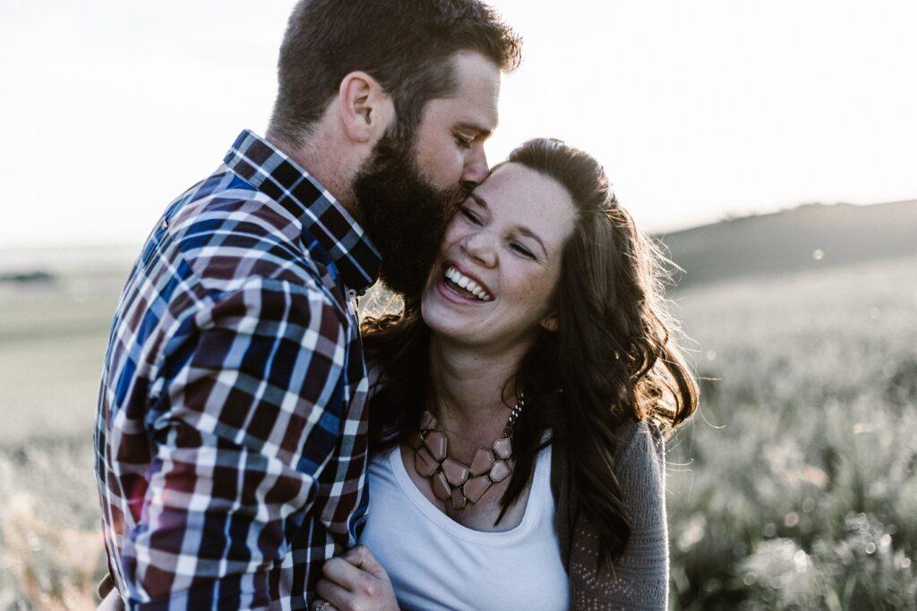 mand kysser kæreste