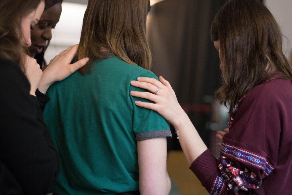 piger trøste kvinde